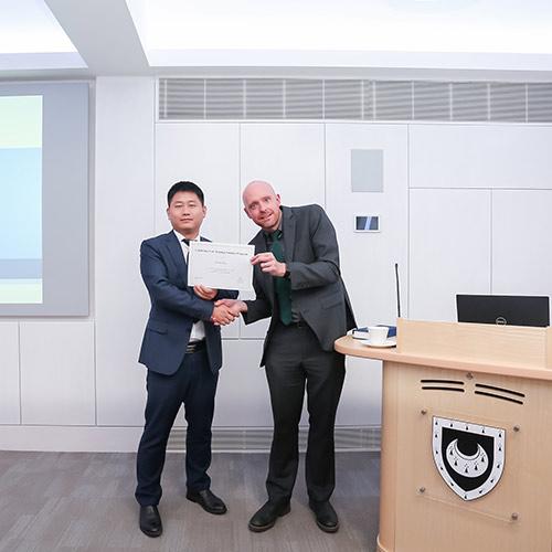 剑桥大学三一学院的马克·摩尔博士授予颁发证书
